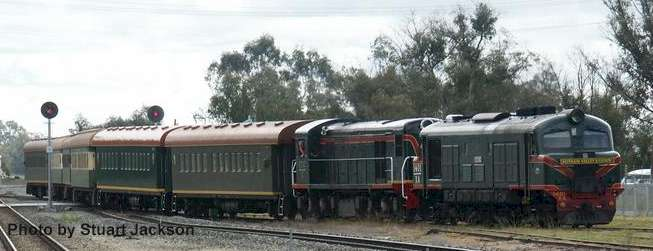 The Forest Ranger arrives at Pinjarra with failed Xa 1401 assisted by C1702. Photo by Stuart Jackson